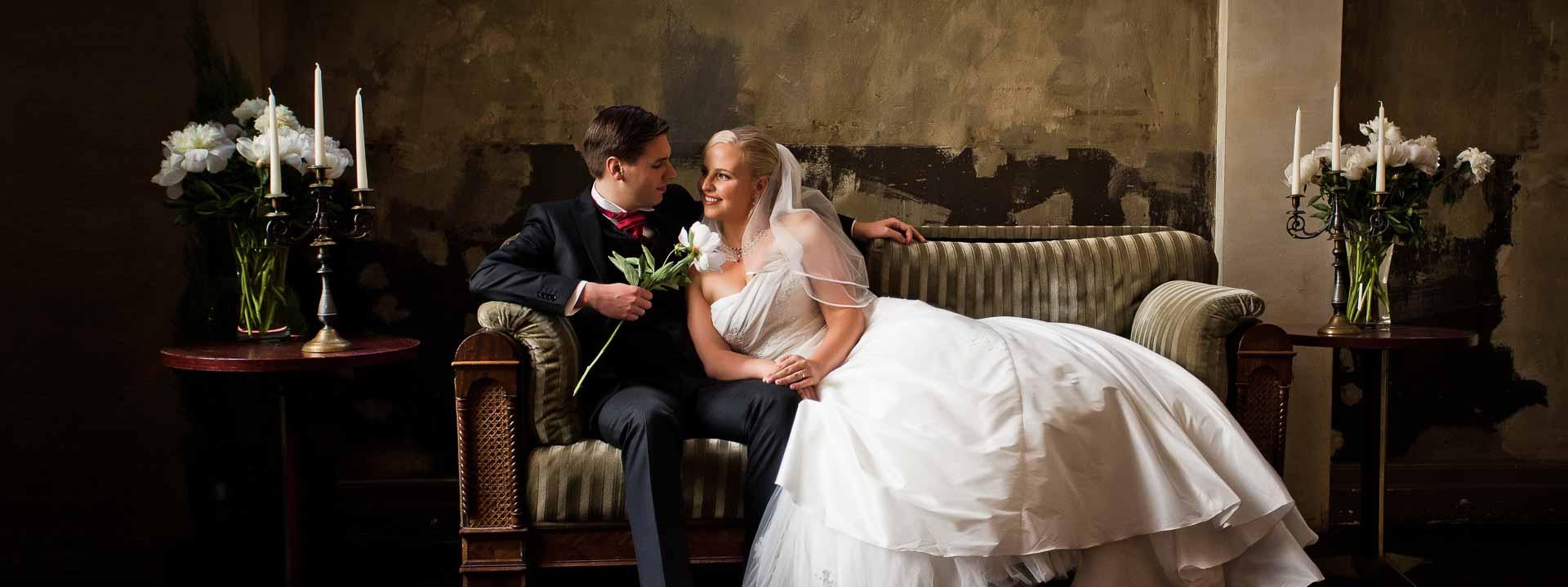 Brautpaar sitzt auf einem Sofa
