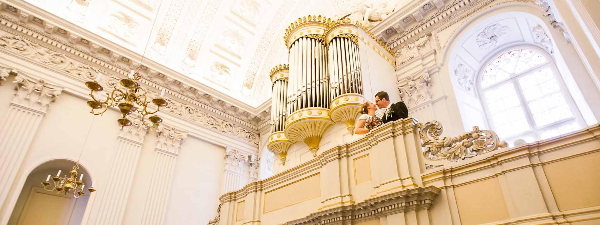 Brautpaarfotos auf einer Orgel-Empore