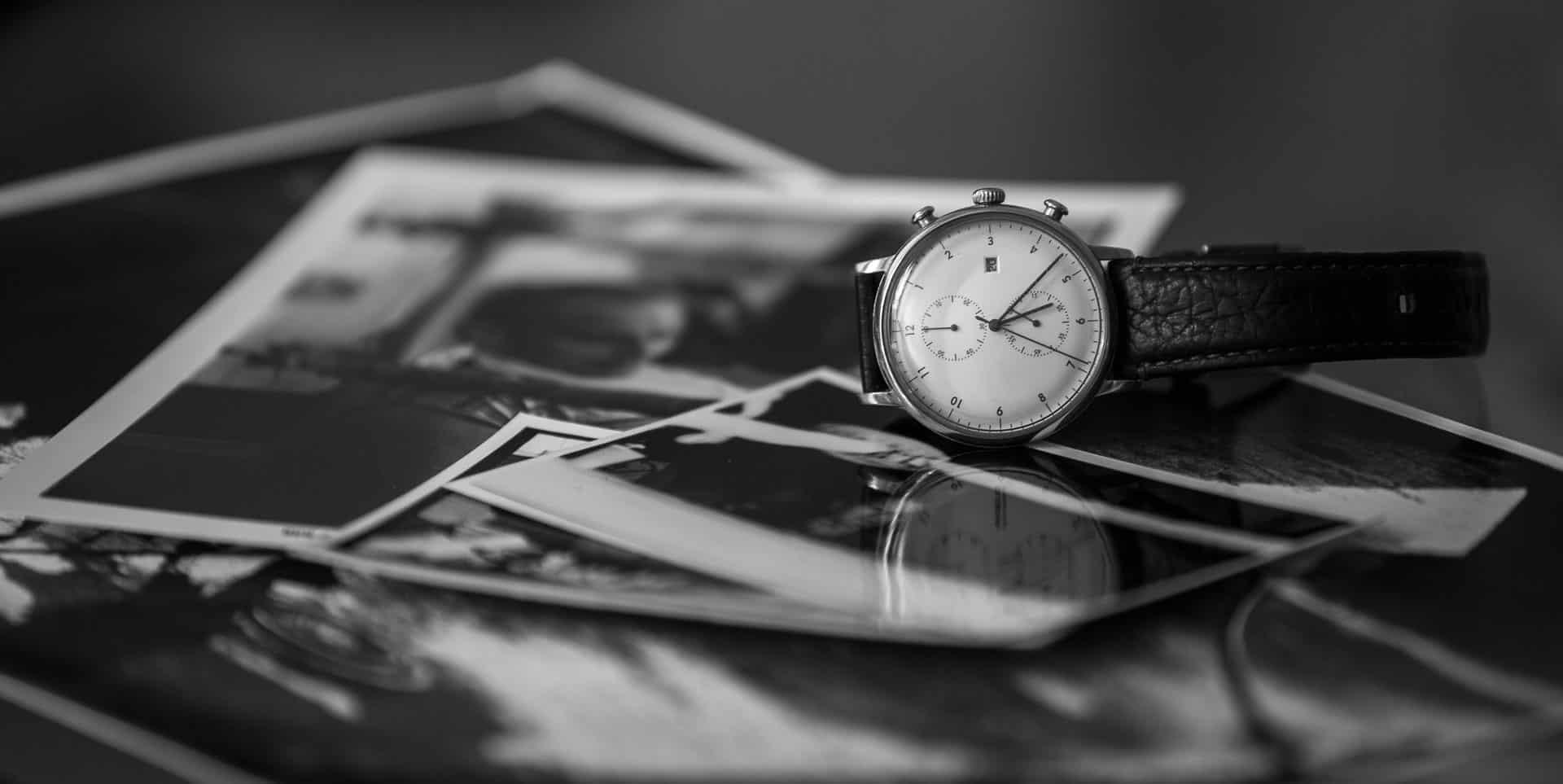 Armbanduhr auf Fotos liegend (Symbolbild: Was ist ein TFP?)