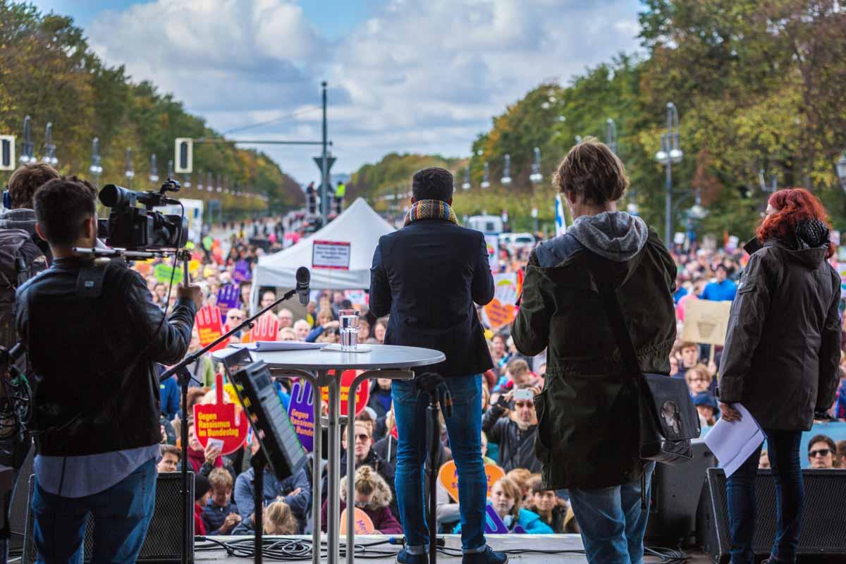 """Ali Can bei der Demo """"Gegen Rassismus im Bundestag"""""""