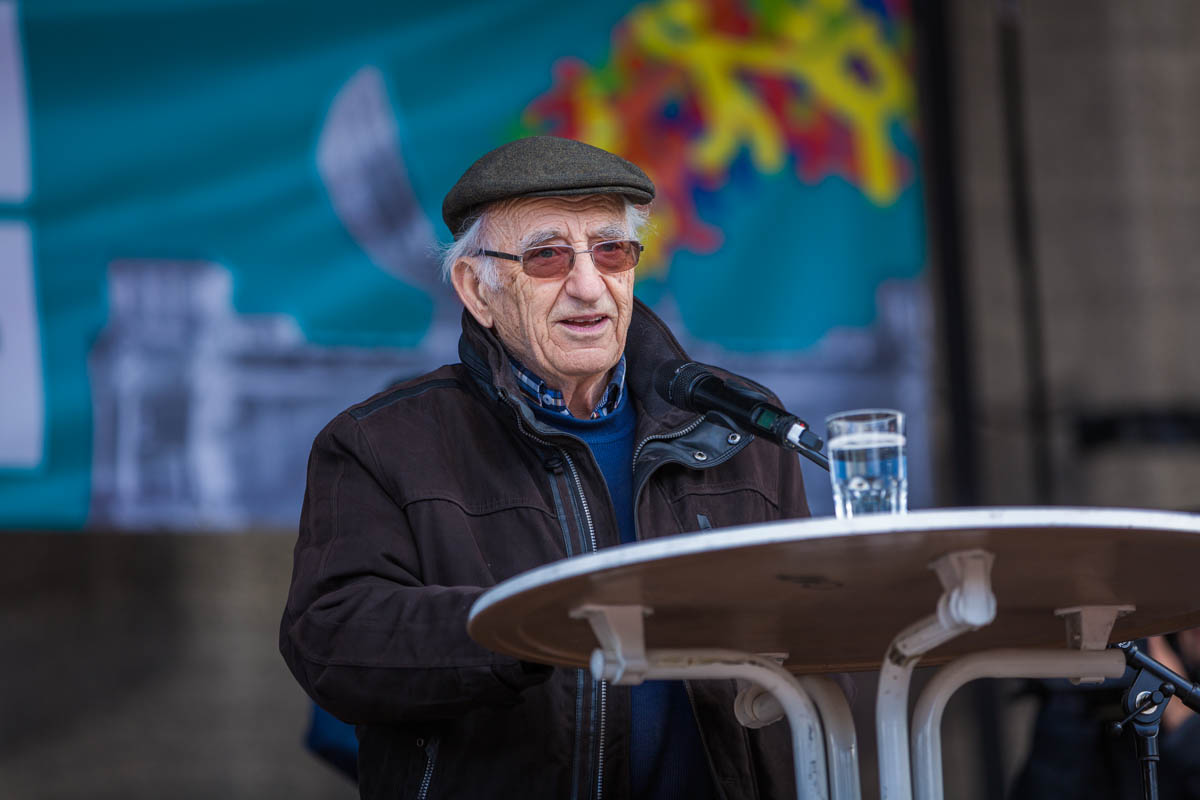 """Peter Neuhof (Journalist / Autor von """"Als die Braunen kamen"""" & Holocaustüberlebender) auf der Demo """"Gegen Rassismus im Bundestag"""""""