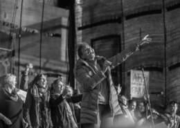 """Die Musikerin Jocelyn B. Smith auf der Abschlusskundgebung der Demonstration """"Gegen Rassismus im Bundestag"""""""