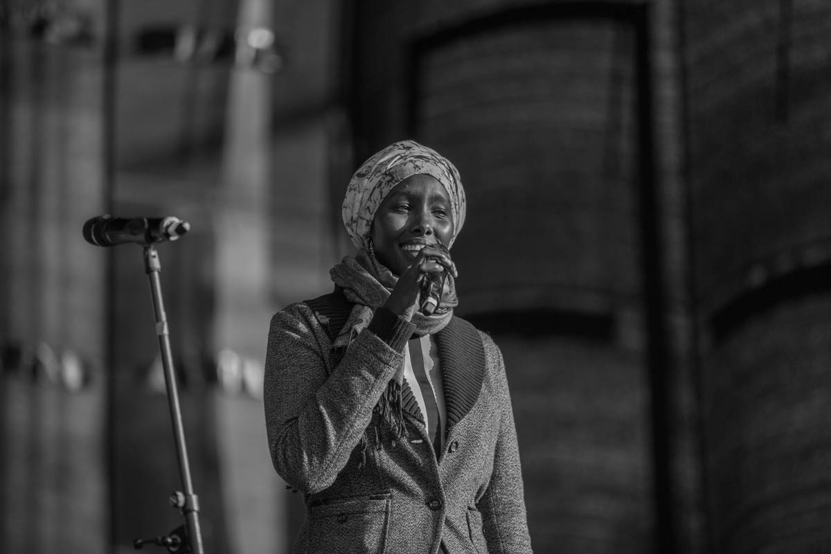 """Fatuma Musa (Moderatorin) auf der Abschlusskundgebung der Demonstration """"Gegen Rassismus im Bundestag"""""""