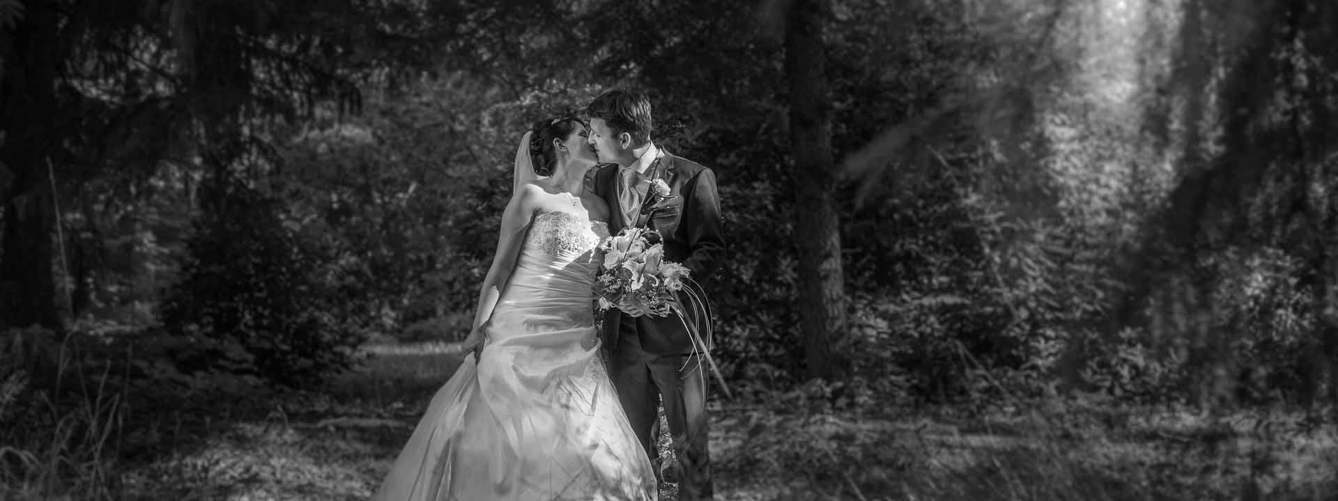 Brautpaar auf Waldlichtung