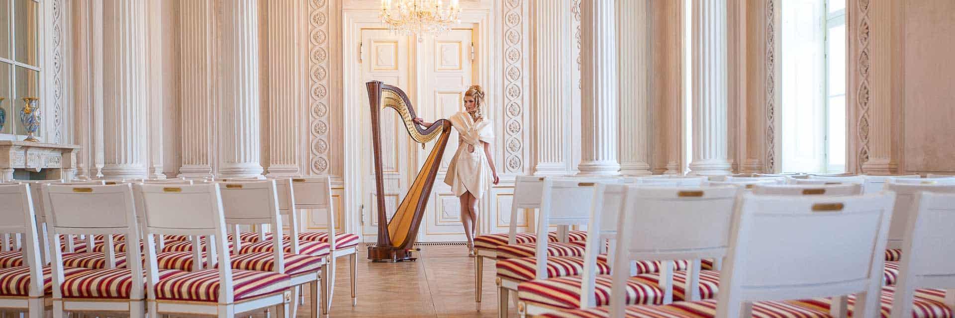 Harfenistin Simonetta Ginelli bei einem Shooting im Barockschloß Friedrichsfelde