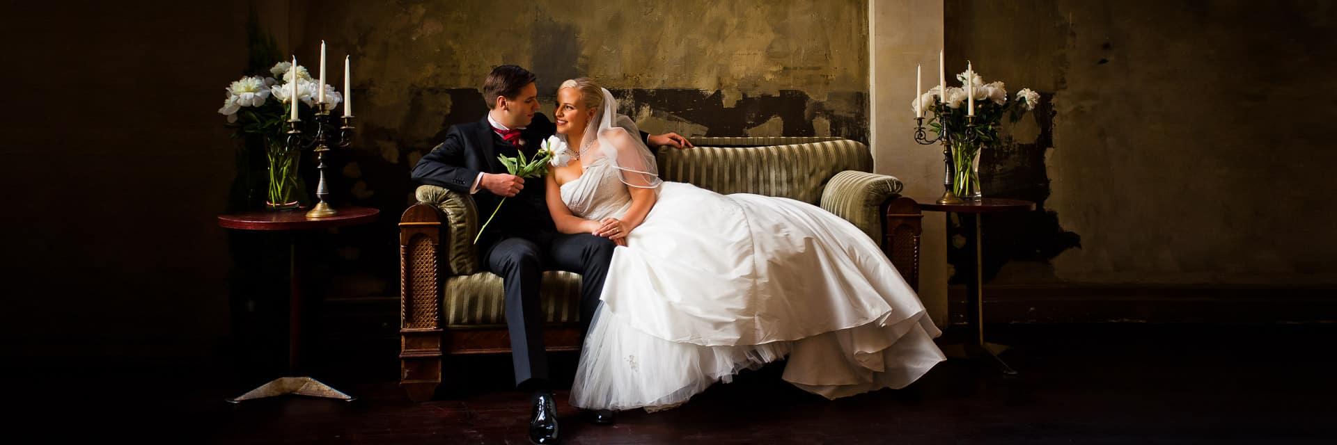 Brautpaar auf Couch